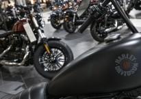 Sepeda motor Harley Davidson berjejer di diler sepeda motor gede itu di Oakland, California, AS, Kamis (16/7/2020)./Bloomberg-David Paul Morris