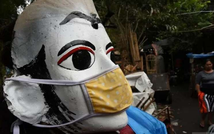 nSebuah ondel-ondel dipasangi masker di kawasan Kramat Pulo, Jakarta, Kamis (13/8/2020). - Antara\\n