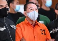 Buronan kasus korupsi pengalihan hak tagih (cessie) Bank Bali Djoko Tjandra (tengah) yang ditangkap di Malaysia digelandang petugas kepolisian setibanya di kantor Bareskrim Mabes Polri, Jakarta, Kamis (30/7/2020). Djoko Tjandra berhasil ditangkap setelah buron selama sebelas tahun mulai dari 2009 hingga 2020 usai divonis dua tahun penjara oleh Mahkamah Agung./ANTARA FOTO-Muhammad Adimaja