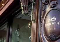 Logo Hermes International terpampang di butik Hermes di George IV avenue, Paris, Prancis, Selasa (28/7/2020)/Bloomberg-Adrienne Surprenant