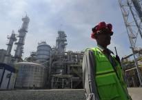 Seorang pekerja melintas di depan Pabrik V Pupuk Kaltim, yang merupakan anak perusahaan Pupuk Indonesia Holding Company/ANTARA FOTO-Wahyu Putro A