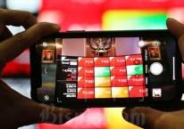 Pengunjung melihat papan elektronik yang menampilkan pergerakan Indeks Harga Saham Gabungan (IHSG) di Bursa Efek Indonesia, Jakarta, Senin (3/8/2020)./Bisnis-Eusebio Chrysnamurti