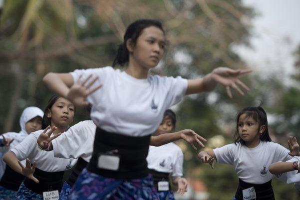 Ilustrasi-Belajar tari Bali - Antara