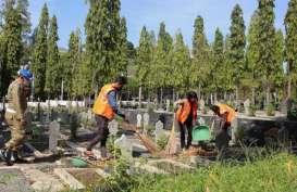 Terjaring Razia Masker, Puluhan Warga Semarang Dihukum Sapu Makam Pahlawan