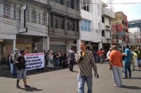 Buka Tutup Jalan, Ratusan Pedagang Pasar Baru Protes…