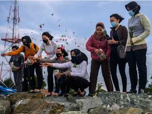 Anggota Kepolisian Palu Gelar Aksi Tabur Bunga Untuk Peringati Tsunami Dua Tahun Yang Lalu