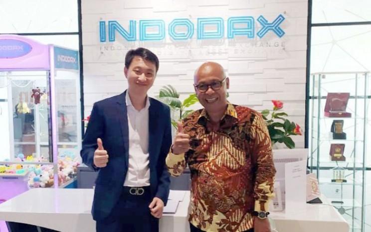 Chief Executive Officer  INDODAX Oscar Darmawan berfoto bersama Direktur Utama PT Kliring Berjangka Indonesia (Persero) Fajar Wibhiyadi. - Istimewa