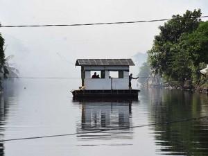 Warga Jakarta Masih Gunakan Perahu Eretan Untuk Menyebrangi Sungai