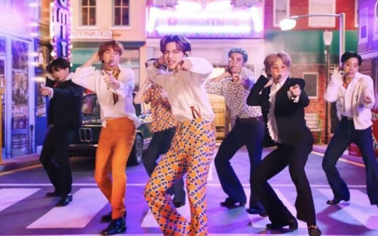 Dynamite mengantarkan BTS berada di posisi puncak Billboard.