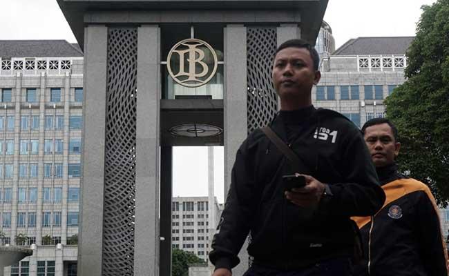 Karyawan melintas di dekat logo Bank Indonesia di Jakarta, Senin (3/2 - 2020).