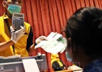 Petugas melayani nasabah di Kantor Pusat Pegadaian, Jakarta, Senin (20/4/2020)./Bisnis-Eusebio Chrysnamurti