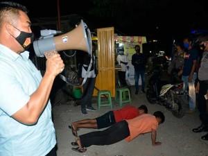 Petugas Kepolisian Memberikan Hukum Fisik Pada Pelanggar Protokol Kesehatan di Sulawesi Selatan