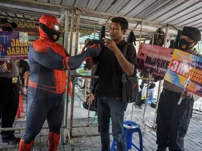 Polisi di Solo Gunakan Kostum Spiderman saat Sosialisasikan Protokol Kesehatan