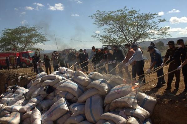 Lindungi Masyarakat, Bea Cukai Sumbawa Musnahkan Ratusan Karung Pakaian Bekas Senilai Rp250 Juta