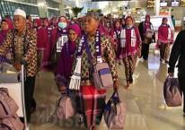 Calon jemaah umrah meninggalkan bandara setelah mendapat kepastian gagal berangkat ke Tanah Suci Mekah di Terminal 3 Bandara Soekarno Hatta, Tangerang, Banten, Kamis (27/2/2020)./Bisnis-Eusebio Chrysnamurti\\r\\n