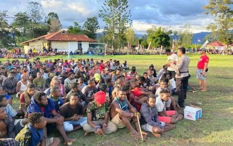 Kabag Ops Polres Jayawijaya Kompol RL Tahapary saat bersama masyarakat. - Antara