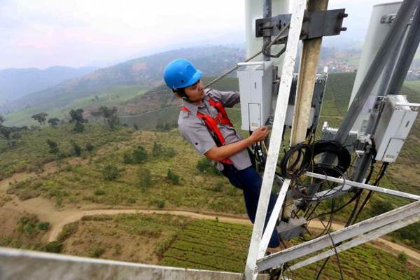 Teknisi Telkomsel melakukan perawatan jaringan di salah satu menara Base Transceiver Station (BTS) di kawasan Perkebunan Malabar, Pangalengan, Kabupaten Bandung, Jawa Barat. - JIBI/Rachman