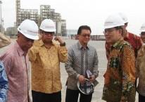 Setelah puluhan tahun berlalu, Sinar Mas Group kembali berbisnis alkohol lemak yang ditandai peresmian pabrik oleh Menteri Perindustrian Airlangga Hartarto (ketiga kiri) pada 2017 lalu./Antara - Aswaddy Hamid