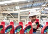 Pekerja memeriksa produk minyak pelumas dalam kemasan botol di Production Unit Jakarta Pertamina Lubricants./Antara - M Agung Rajasa