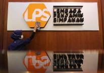 Karyawan membersihkan logo Lembaga Penjamin Simpanan (LPS) di Jakarta, Jumat (10/7/2020). Bisnis/Eusebio Chrysnamurti