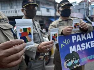 Satpol PP Garut Bersama Pegiat Kopi Bagikan Kopi dan Masker Kepada Masyarakat