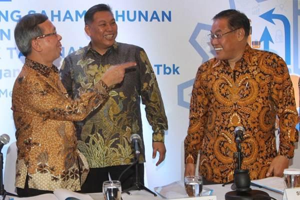 Presiden Direktur PT Bintraco Dharma Tbk Sebastianus Harno Budi (tengah) berbincang dengan Preskom Simon Harto Budi (kanan), dan Wakil Direktur Utama Benny Redjo Setyono, sebelum RUPST, di Jakarta, Senin (7/5/2018). - JIBI/Endang Muchtar