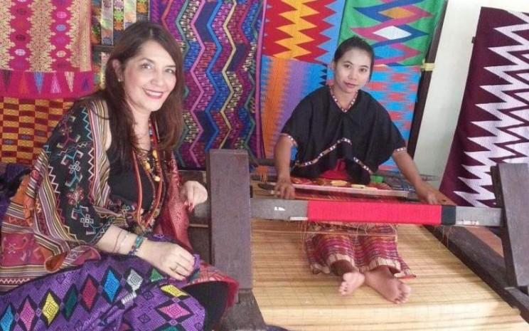 Perancang Busana Ghea Panggabean bersama penenun. - istimewa