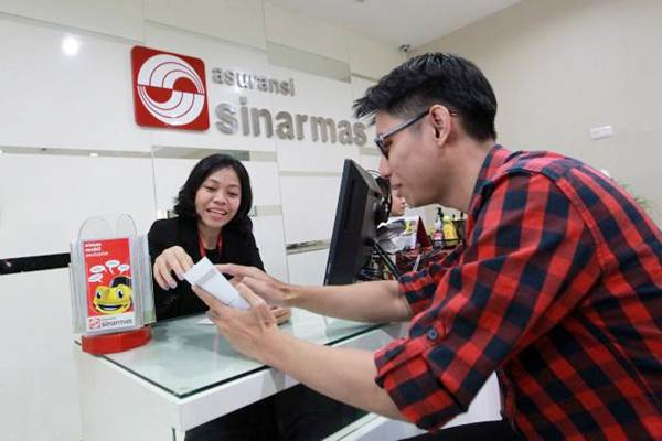 Karyawati melayani nasabah, di kantor PT Asuransi Sinar Mas, Jakarta, Selasa (6/11/2018). Asuransi Sinar Mas adalah salah satu anak usaha PT Sinar Mas Multiartha Tbk.  - JIBI/Dwi Prasetya