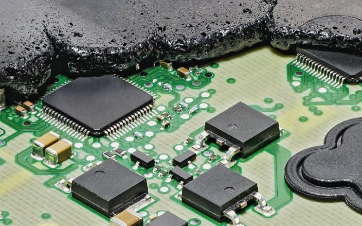 Dalam unit kontrol elektronik cetakan berlebih, komponen elektronik, yang disusun pada papan sirkuit tercetak seperti biasanya, sepenuhnya tertanam dalam plastik.  - Continental