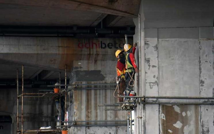Pekerja beraktifitas di proyek LRT Jabodetabek di Jakarta, Rabu (18/3/2020). Bisnis - Abdurachman
