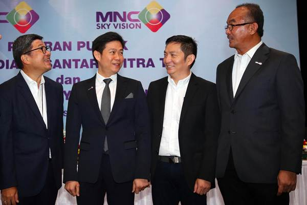 CEO PT Media Nusantara Citra Tbk David Fernando Audy (kedua kiri) bersama CFO Faisal Dharma Setiawan (kiri) berbincang dengan Direktur Utama PT MNC Sky Vision Tbk. Hari Susanto (kedua kanan) dan Direktur Keuangan Herman Kusno (kanan) seusai RUPS di Jakarta, Selasa (26/6/2018). - JIBI/Abdullah Azzam