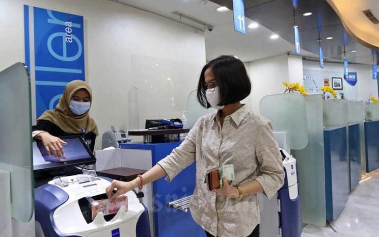Nasabah melakukan transaksi di salah satu Kantor Cabang Bank BCA di Jakarta, Rabu (23/9/2020). Bisnis - Eusebio Chrysnamurti