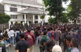 Ricuh, Gas Air Mata Bubarkan Demo Tolak UU Cipta Kerja di Bandung