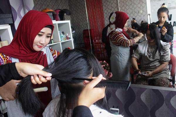 Penyedia jasa perawatan tubuh dan rambut melayani konsumen di salah satu salon kecantikan di Malang, Jawa Timur, Kamis (22/6). - Antara/Ari Bowo Sucipto