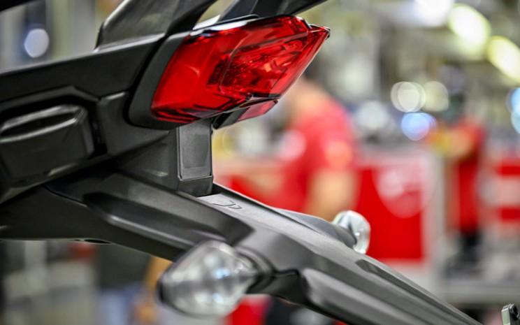 Ducati Multistrada V4. Radar belakang mampu mendeteksi dan melaporkan kendaraan, yang berada di titik buta (blind spot).  - Ducati
