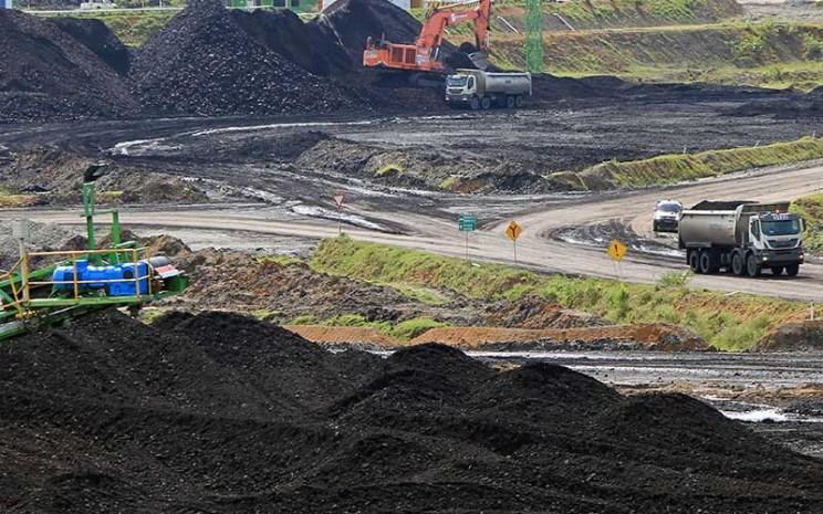 Alat berat beroperasi di kawasan penambangan batu bara Desa Sumber Batu, Kecamatan Meureubo, Aceh Barat, Aceh, Rabu (8/7/2020). ANTARA FOTO - Syifa Yulinnas