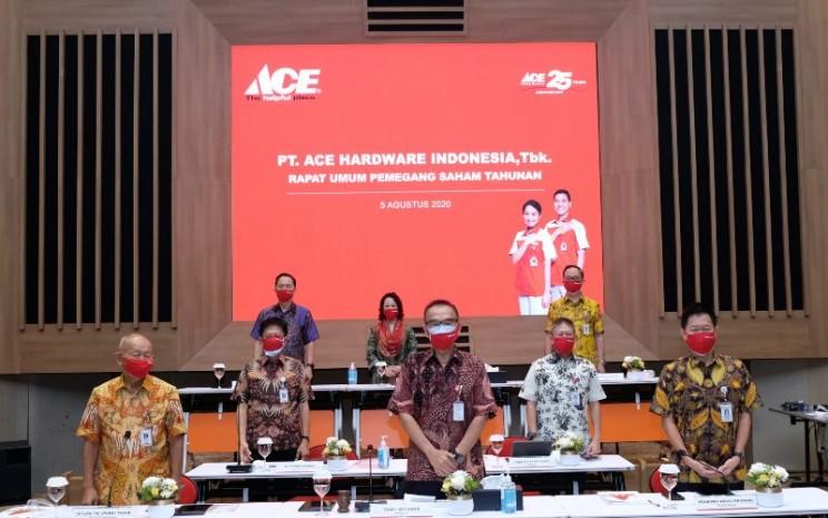 Manajemen PT Ace Hardware Indonesia Tbk. berpose dengan menjaga jarak usai rapat umum pemegang saham tahunan di Jakarta, Rabu (5/8/2020). Dalam rapat tersebut, perseroan memutuskan untuk membagikan dividen sebanyak 30 persen dari laba tahun 2019. - acehardware