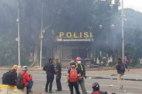 Unjuk Rasa Memanas, Pos Polisi Kawasan Monas Dibakar…