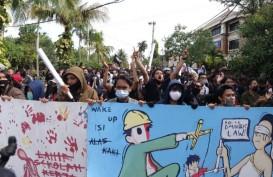 Aksi 'Bali Tidak Diam' Berlangsung Ricuh, Polisi Lemparkan Gas Air Mata
