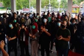 Demonstran Tolak UU Cipta Kerja Duduki Ruang Sidang…