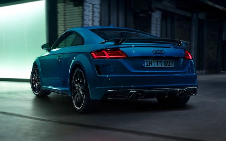 Selain lapisan cat solid biru turbo, pelanggan dapat memilih warna metalik tango red, glacier white dan chronos grey, yang tersedia untuk TT untuk pertama kalinya.  - Audi