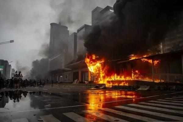 Demo Tolak UU Ciptaker, Halte Busway Dibakar, Kerugian Hingga Rp 25 Miliar