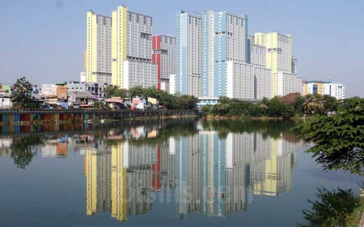 Suasana Wisma Atlet Kemayoran dilihat dari Danau Sunter, Jakarta, Selasa (25/8/2020). Bisnis - Himawan L Nugraha