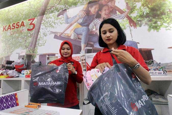Pramuniaga memasukkan barang belanjaan kedalam kantong plastik di salah satu gerai retail di Cibinong City Mall, Bogor, Jawa Barat, Jumat (1/3/2019). - ANTARA/Yulius Satria Wijaya