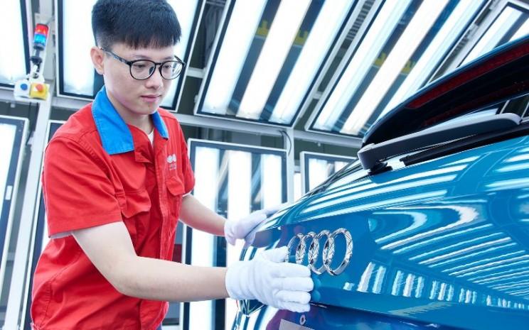 Audi e-tron: Konsumsi daya listrik gabungan dalam kWh / 100 km (62,1 mi): 24,3 - 21,0 (NEFZ); Emisi CO2 gabungan dalam g / km: 0 Informasi tentang konsumsi bahan bakar / daya dan emisi CO2 dalam kisaran tergantung pada tingkat peralatan mobil yang dipilih.  - AUDI