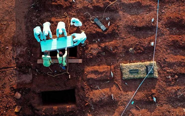 Pasien yang terinfeksi virus corona meninggal dunia. Petugas menguburkan jenazah pasien virus corona (Covid-19)- ilustrasi-ANTARA FOTO - Muhammad Adimaja