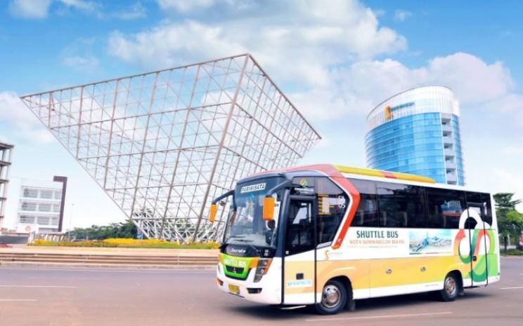 Sebuah bus anterjemput melintas di tengara (landmark) kawasan Summarecon Bekasi. - summarecon.com
