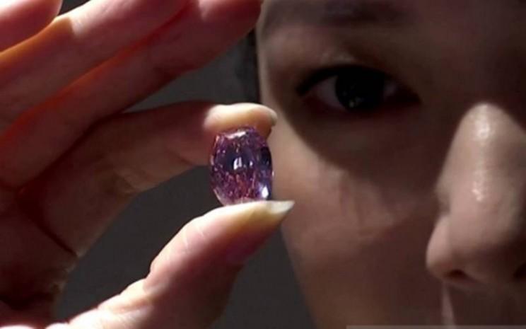 """Berlian merah muda langka dari Rusia bernama """"The Spirit of the Rose"""" yang akan dilelang di rumah lelang Sotheby's pada 11 November 2020. (ANTARA - Reuters)"""