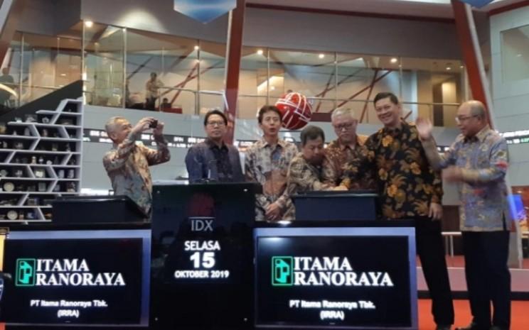 Jajaran Direksi dan Komisaris PT Itama Ranoraya Tbk. saat seremoni pencatatan perdana saham perseroan di Bursa Efek Indonesia pada Selasa (15/10/2019). - Bisnis - Azizah Nur Alfi