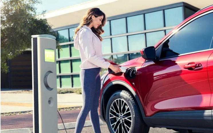Ford Escape menggunakan port pengisian daya Level 1/Level 2 AC. Dengan charger Level 1 100-volt, pengisian baterai hingga penuh membutuhkan waktu sekitar 10 jam hingga 11 jam.  - Ford.Com